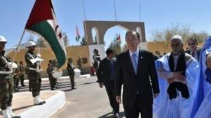 بان كي مون خلال زيارة إلى مخيمات اللاجئين الصحراويين في تندوف بالجزائر