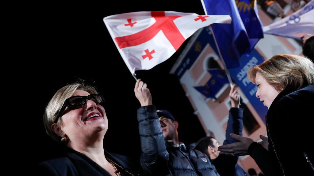 Des partisans de Salomé Zourabichvili, la candidate du parti au pouvoir, rassemblés à Tbilissi le 28 novembre pour la soirée électorale.