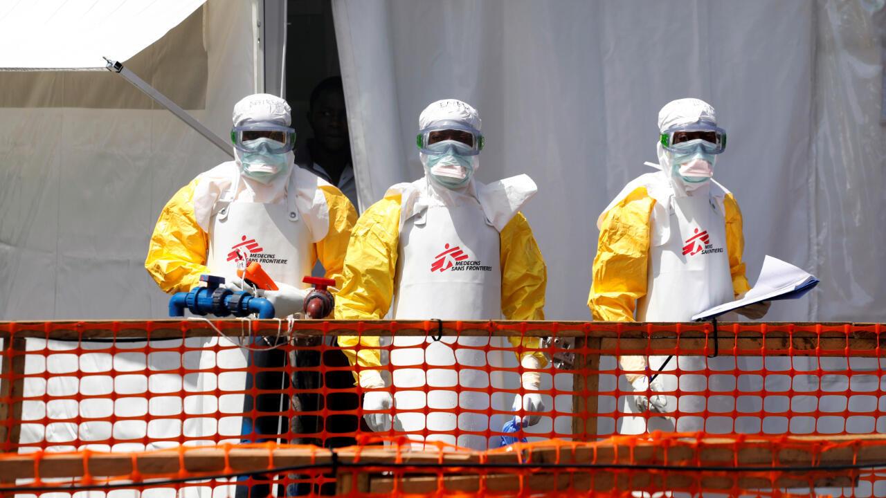 Imagen de archivo del 4 de agosto de 2019 en el que se observa a tres trabajadores de Médicos Sin Fronteras en el recién creado puesto de atención para el ébola en Goma, República Democrática del Congo.