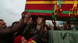 تشييع مقاتلة من وحدات حماية المرأة الكردية في القامشلي في 9 شباط/فبراير 2019