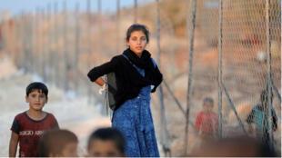 Los niños sirios recién desplazados llegan a un campamento de refugiados en la aldea de Atimah, provincia de Idlib, Siria, el 11 de septiembre de 2018.