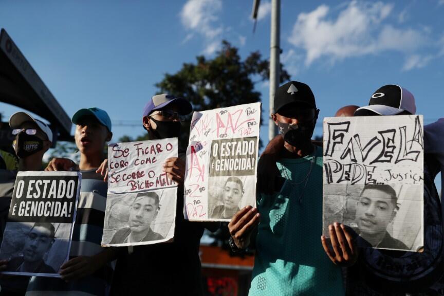 Las personas asisten a la misa y protestan contra la muerte del adolescente Guilherme Silva Guedes, de 15 años, que desapareció en Vila Clara, en Sao Paulo, Brasil, el 21 de junio de 2020.