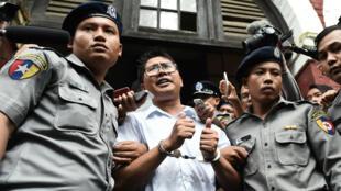 Le journaliste Wa Lone escorté par la police après sa condamnation à 7 ans de prison, le 3 septembre 2018.