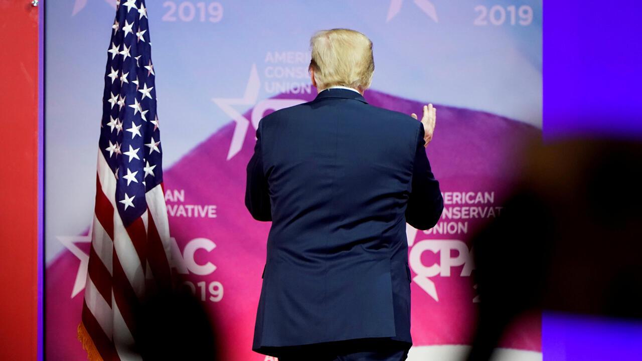El presidente de Estados Unidos, Donald Trump, se retira después de hablar en la reunión anual de la Conferencia de Acción Política Conservadora (CPAC) en National Harbor en Oxon Hill, Maryland, EE. UU., el 2 de marzo de 2019.