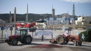 Des tracteurs bloquent l'accès à la raffinerie de la Mède, le 11 juin 2018.