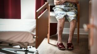 """Fin mars, le ministre de la Santé a préconisé un isolement individuel"""" des pensionnaires des Ehpad afin d'""""aller plus loin"""" dans la protection des personnes âgées, particulièrement vulnérables face au coronavirus."""