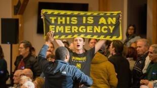 Un activista ambiental irrumpe en un mítin del presidente electo Joe Biden, entonces candidato demócrata, el 9 de octubre de 2020 en Manchester, New Jersey, Estados Unidos.