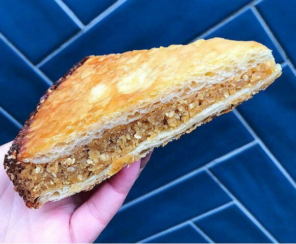 La galette des rois au beurre AOP Poitou Charente et au sésame blond torréfié et halva (crème de sésame).
