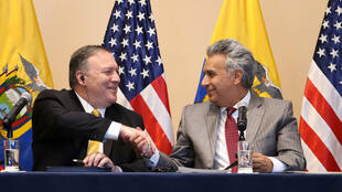 El secretario de Estado de Estados Unidos, Mike Pompeo, y el presidente de Ecuador, Lenin Moreno, se dan la mano durante una reunión en Guayaquil. 20 de julio de 2019.