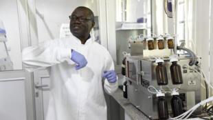 El profesor Christian Happi, director del Centro de Excelencia Africano de Investigación Genómica y de Enfermedades Infecciosas (Acegid), habla sobre su laboratorio el 2 de junio de 2020 en la Universidad de Redeemer, en Ede, Nigeria