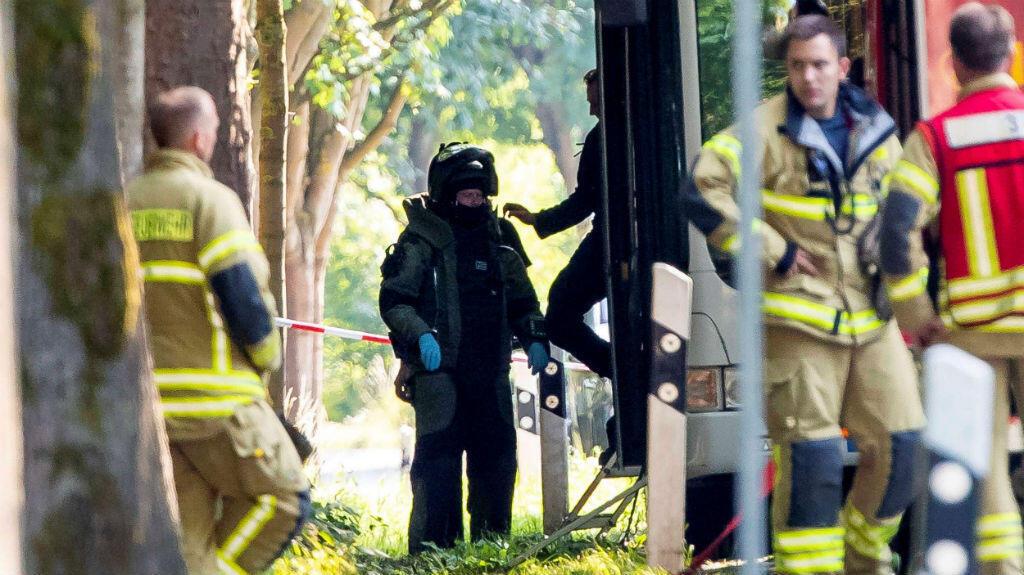 Cuerpos de seguridad trabajan en el lugar del ataque cometido por un hombre armado con un cuchillo en un autobús urbano, en la ciudad alemana de Lübeck.