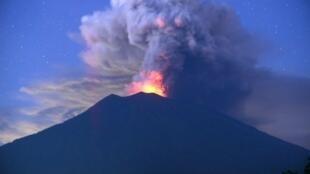 دخان رمادي يتصاعد من بركان اغونغ في جزيرة بالي الاندونيسية في 28 تشرين الثاني/نوفمبر 2017
