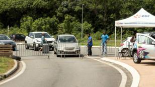Les grévistes ont installé des barrages à l'entrée de la ville de Kourou en Guyane, le 25 mars 2017.