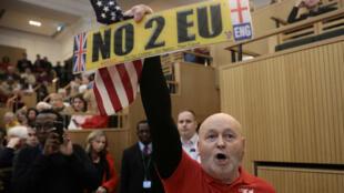 Un manifestante mostró un letrero pro-Brexit y una bandera de EE. UU. mientras el discurso del alcalde de Londres, Sadiq Khan, era interrumpido. 13 de enero de 2018.