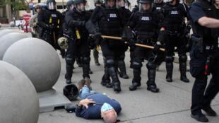 Martin Gugino , un manifestante de 75 años, yace en el suelo después de ser empujado por dos policías de Buffalo, Nueva York, durante una protesta contra la muerte de George Floyd bajo la custodia policial de Minneapolis en la Plaza del Niágara en Buffalo, Nueva York, EE. UU., 4 de junio de 2020.