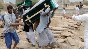 Funeral de las víctimas, la mayoría niños, de un ataque de la coalición liderada por Arabia Saudita en el norte de Yemen, Sada, 13 de agosto de 2013