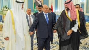 ولي عهد أبوظبي الشيخ محمد بن زايد آل نهيان (يسار) وولي العهد السعودي محمد بن سلمان (يمين) والرئيس اليمني عبد ربه منصور هادي (وسط) خلال مراسم توقيع اتفاقية الرياض بين الحكومة اليمنية والانفصاليين الجنوبيين الرياض، المملكة العربية السعودية، 5 نوفمبر/ تشرين الثاني 2019.