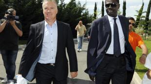 Didier Deschamps (g), alors nouvel entraîneur de l'OM, et Pape Diouf (d), son président, à Marseille, le 2 juin 2009