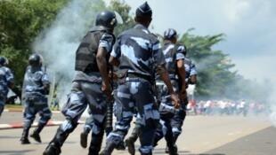 La police réprime une manifestation le 23 mars à Libreville.