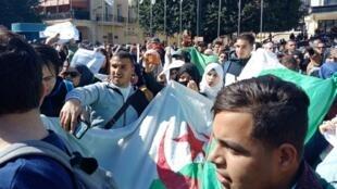 مئات الطلاب يتظاهرون
