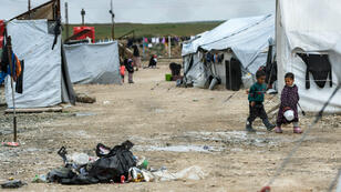 Des enfants dans le camp d'al-Hol, qui abrite des proches de membres du groupe État islamique, dans le gouvernorat d'Al-Hasakeh, au nord-est de la Syrie, le 28 mars 2019.