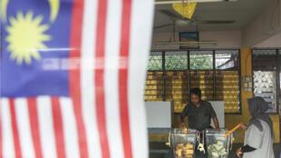 Un hombre vota durante la decimocuarta elección general de Malasia, en la escuela secundaria Titi Gajah en Alor Setar, 450 kilómetros al norte de Kuala Lumpur, el 9 de mayo de 2018.