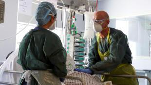 Des médecins britanniques s'occupent d'un patient atteint du Covid-19 dans un hôpital du Surrey, le 22 mai 2020.