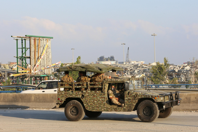 Archivo: Soldados libaneses se trasladan en un camión militar cerca del lugar de la explosión en el puerto de Beirut, Líbano, el 5 de agosto de 2020.