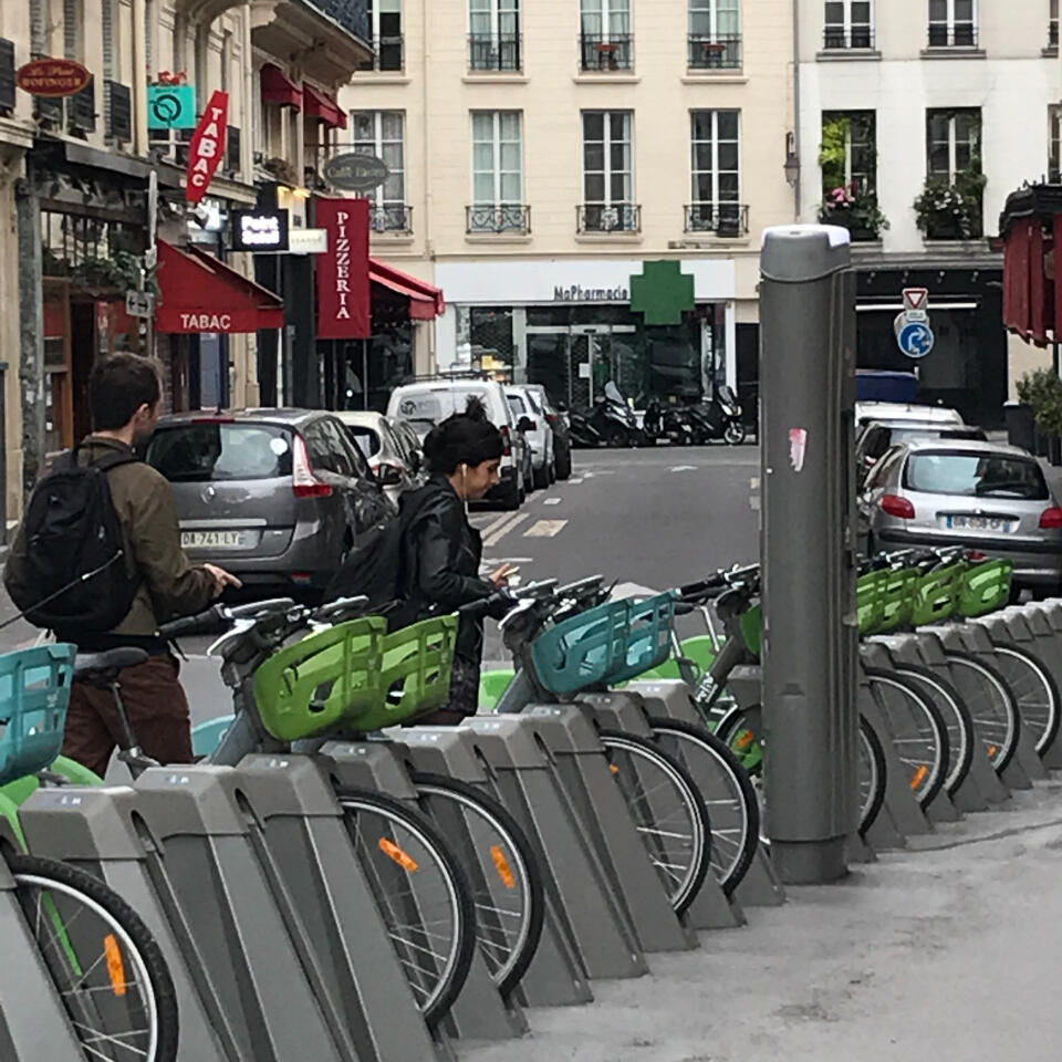 In less than an hour, this Vélib bike rack was almost emptied of bicyles, on June 16, 2020.