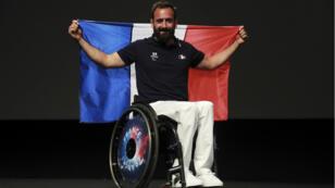 Michaël Jeremiasz brandira le drapeau français lors de la cérémonie d'ouverture des Jeux paralympiques, le 7 septembre à Rio.