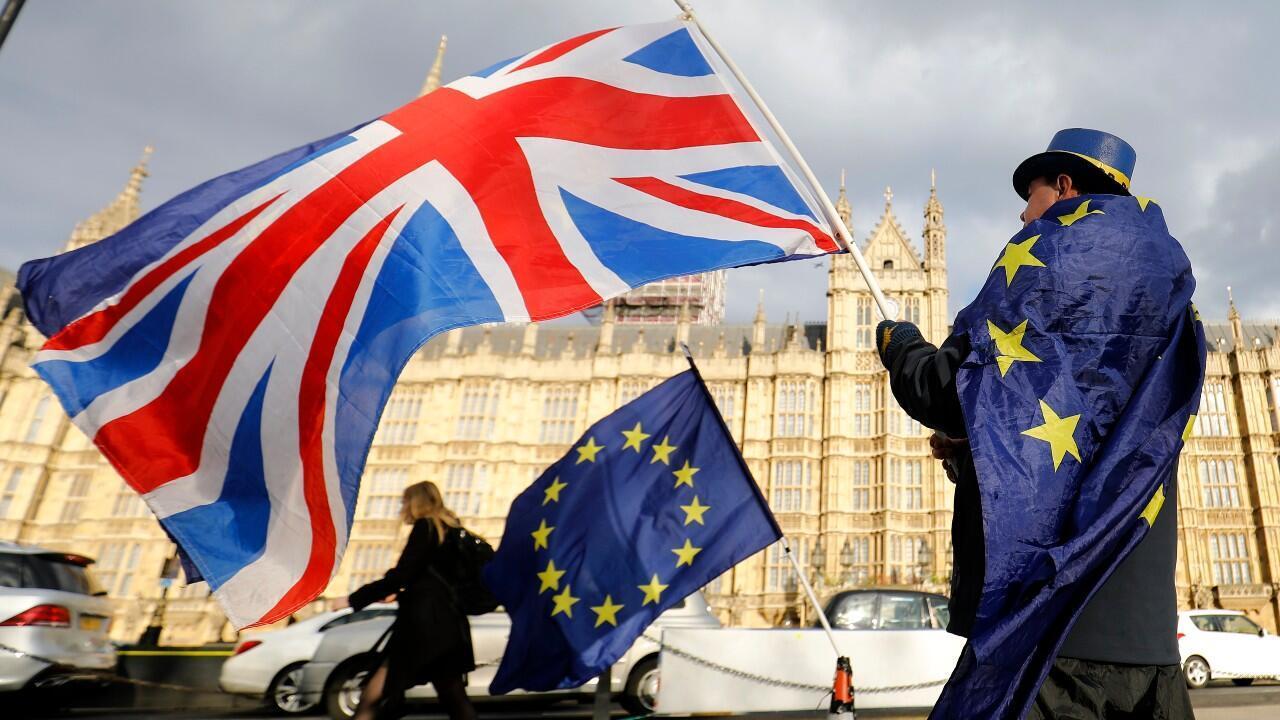 Archivo-Una bandera de la Unión Europea y otra del Reino Unido son ondeadas a las afueras del Parlamento británico, en Londres, Reino Unido, el 28 de marzo de 2018.