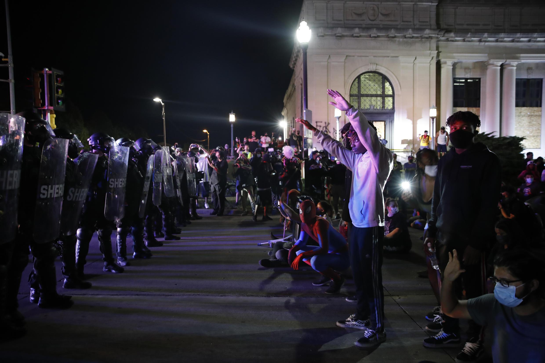 Varios manifestantes se enfrentan a la Policía durante una protesta para denunciar los disparos contra Jacob Blake en Kebosha, Wisconsin, el 25 de agosto de 2020.
