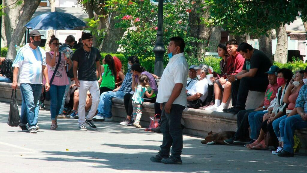 """Habitantes dan un paseo en el municipio de Aguascalientes, estado de Aguascalientes, México, en medio del plan de reactivación del Gobierno mexicano para su """"nueva normalidad"""". El 18 de mayo de 2020."""