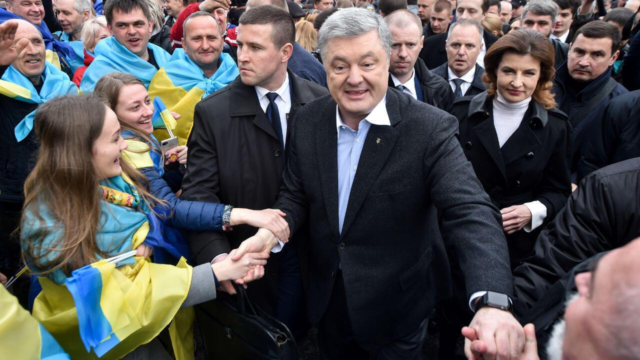 El presidente ucraniano y candidato presidencial, Petró Poroshenko, mientras saludaba a varios de sus partidarios horas antes de un debate en Kiev el 19 de abril de 2019.