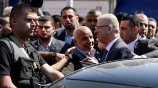رئيس الحكومة الفلسطينية رامي الحمد الله في أثناء استقبال مدير قوى الأمن لدى حركة حماس توفيق أبو نعيم لدى وصوله إلى مدينة غزة في 13 آذار/مارس 2018