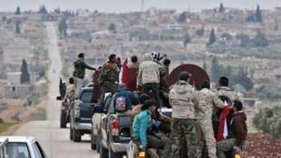 قافلة لقوات موالية للحكومة السورية تصل إلى منطقة عفرين في 20 شباط/فبراير