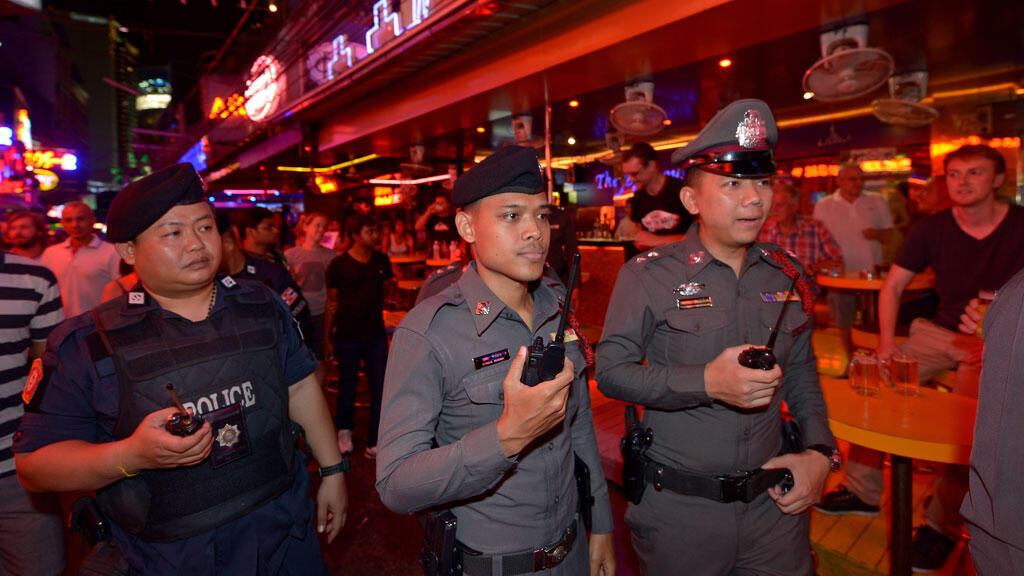 عناصر من الشرطة التايلاندية خلال دورية في بانكوك في 19 آب/أغسطس 2015