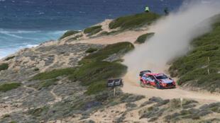 Les Espagnols Dani Sordo et Carlos Del Barrio à bord de la Hyundai i20 Coupe WRC au Rallye de Sardaigne à Argentiera le  11 cctobre 2020