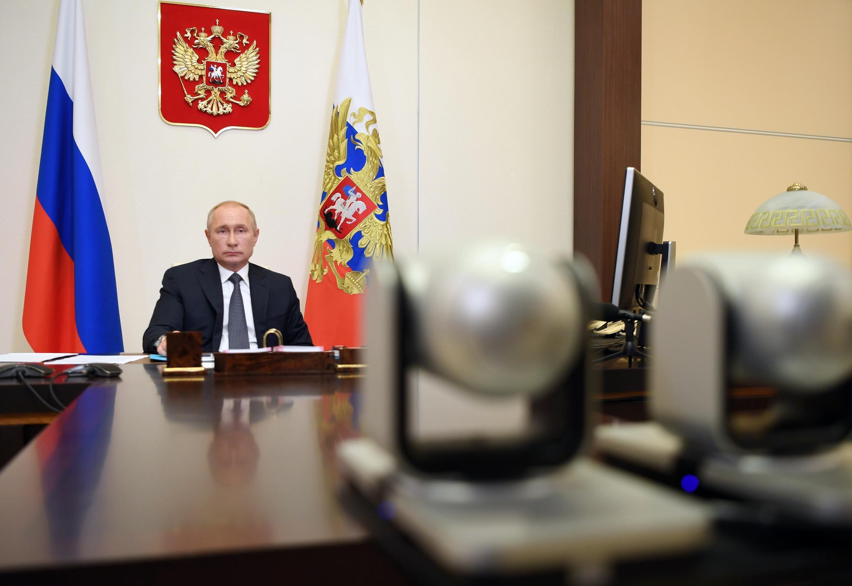 Vladimir Putin, durante la reunión por videoconferencia con miembros del gobierno ruso mantenida desde de su residencia de Novo-Ogaryovo, el 11 de agosto de 2020 a las afueras de Moscú.
