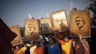 متظاهرون يرفعون صورا لإبراهيم شريف غرب المنامة