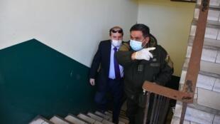 El exministro Marcelo Navajas siendo conducido a la audiencia ante las autoridades por el caso de presunto sobrecosto de ventiladores, el 20 de mayo de 2020.