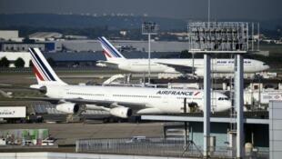Des avions d'Air France stationnés sur le tarmac de l'aéroport d'Orly,