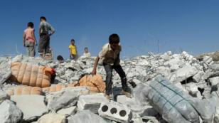 Un bâtiment détruit par une frappe présumée de la coalition anti-EI en Syrie, le 23 septembre 2014.