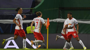 Les joueurs de Leipzig se précipitent vers Tyler Adams (N.14), auteur du but de la qualification contre l'Atletico Madrid, le 13 août 2020 à Lisbonne