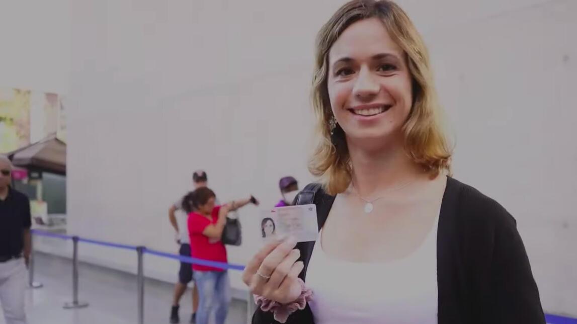 Elisa del Carmen Mardones muestra su nuevo carnet de identidad, obtenido gracias a la nueva Ley de Identidad de Género en Chile.