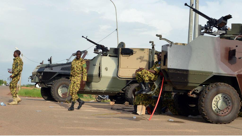 Des militaires d'élite de l'armée burkinabè devant le palais présidentiel à Ouagadougou, le 17 septembre 2015.