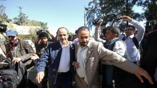 Un miembro de la delegación hutí que participa en las negociaciones en Suecia sale del aeropuerto de Sanaa, Yemen, el 4 de diciembre de 2018.