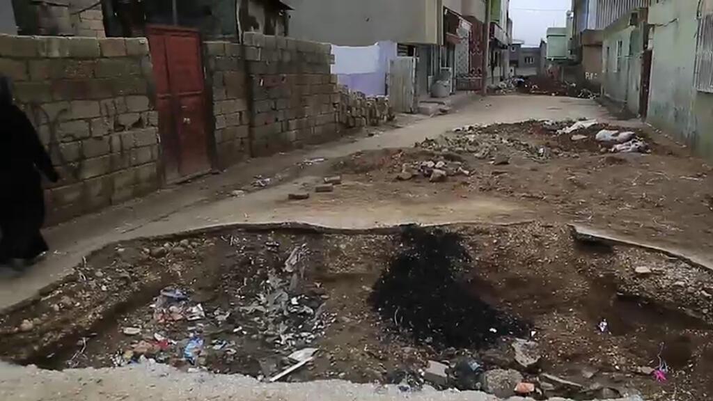 Une tranchée creusée à même la chaussée, à Nusaybin.