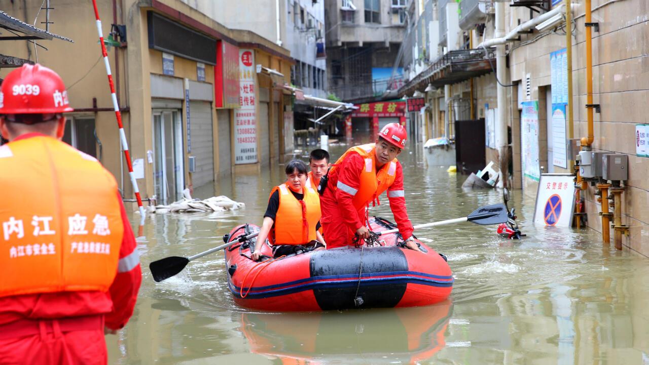 Equipos de rescate evacuan a un residente atrapado por las inundaciones luego de las fuertes lluvias en Neijiang, en la provincia de Sichuan, China, el 18 de agosto de 2020.
