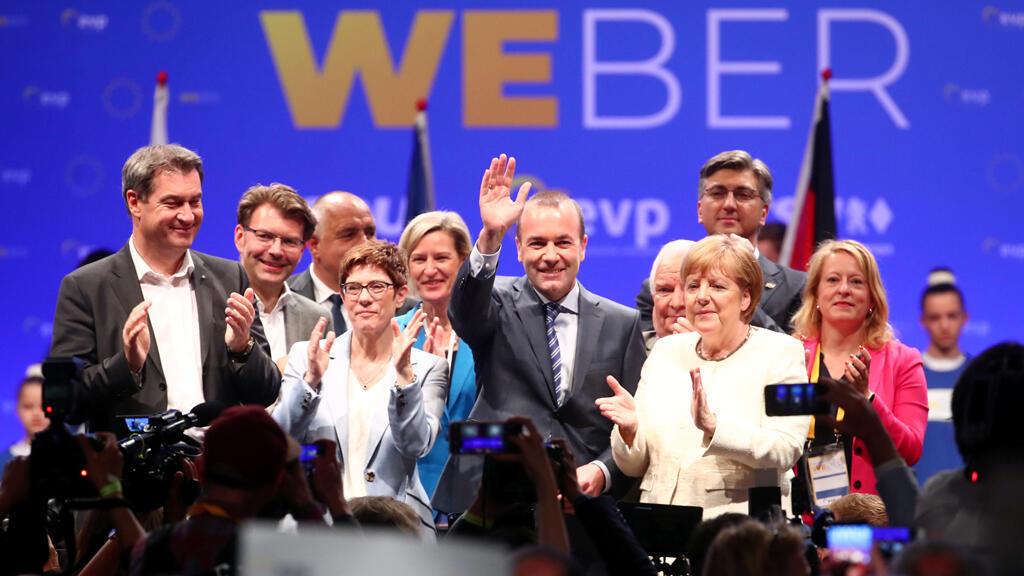 Manfred Weber, candidato del Partido Popular Europeo para el próximo presidente de la Comisión Europea, se encuentra junto a la canciller alemana, Angela Merkel y Annegret Kramp-Karrenbauer entre otros líder de la CDU.